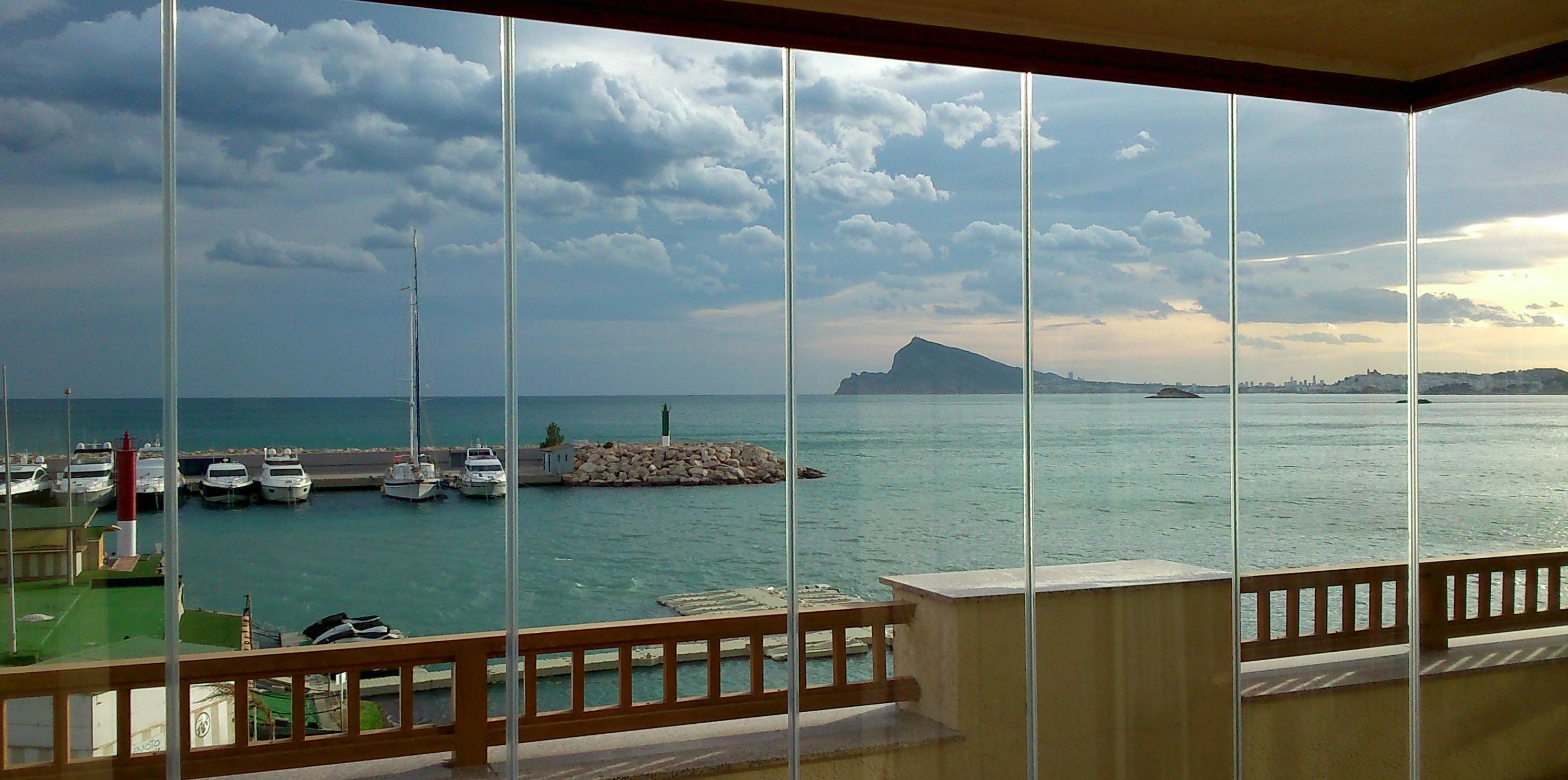 Sanse cerramientos de cristal sin marcos de aluminio en - Porches de aluminio y cristal ...